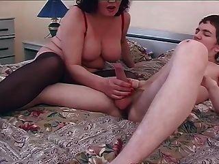 युवा लड़के के साथ पुराने और युवा गंदे माँ सेक्स