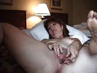 अकेले होटल के कमरे में पत्नी