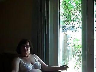 एक खिड़की के सामने कमबख्त नानी कॉमेल्सट्स मुंह