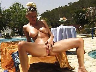 सेक्सी busty किंकी किंवदंती pissing और हस्तमैथुन आउटडोर