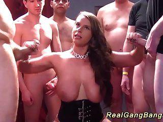 बड़े प्राकृतिक स्तन बेब के साथ गैंगबैंग