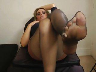 काम के बाद काले पैंटीहोस पैर
