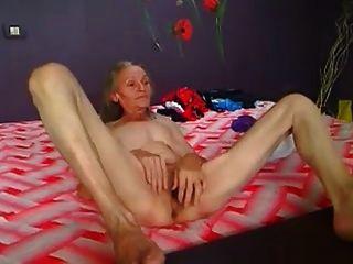 कैम पर चलने वाली पतली बालों वाली दादी
