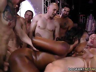 आबनूस स्कायलर निकोल गुदा सेक्स और गैंगबैंग आनंद मिलता है