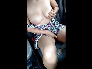 बड़े स्तन के साथ बड़े स्तन राजमार्ग पर आराम करता है