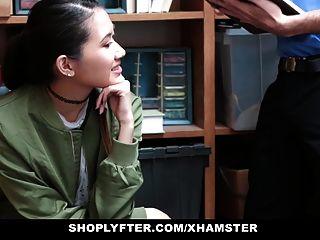 दुकानदार एशियाई आकर्षक चोरी के लिए पर्दाफाश