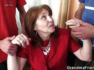 त्रिगुट कार्यालय कमबख्त के साथ दादी