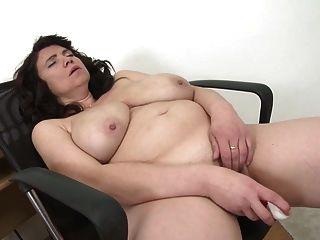 बड़े प्राकृतिक स्तन के साथ सेक्सी परिपक्व माँ