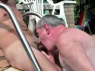 वृद्ध पुरुषों के युवा पुरुषों के साथ खेल रहे हैं