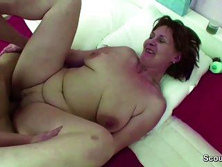 माँ ने कदम बेटी झटका पकड़ा और कट्टर बकवास के साथ उसे मदद करता है