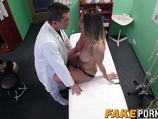 गर्म गोरा विक्टोरिया उसके डॉक्टर के साथ एक यौन सौदे करता है