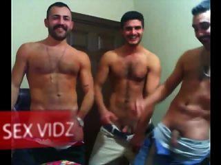 तीन अरब कुंवारी वाले एक अरब पार्टी समलैंगिक मरोड़ते