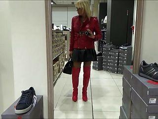 मिलानो में शुद्धता खरीदारी में सेक्सी कुतिया