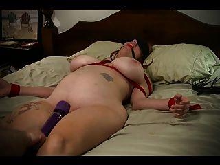 दास लड़की बिस्तर से बंधे और संभोग करने के लिए पीटा