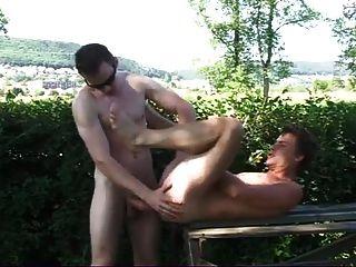 पार्क में दोस्त के साथ लटका पिता