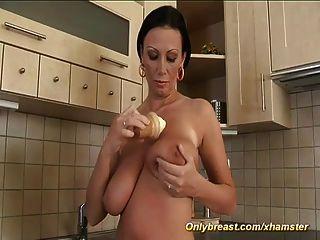 मिठाई pandore उसे राक्षस स्तन दिखाता है