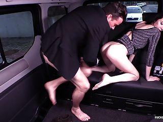 सुंदर रूसी बेब के साथ यातायात कार सेक्स में गड़बड़