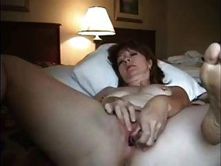 होटल में एक अकेली एमेच्योर में वेब कैमरा fap vid को पति को भेजता है