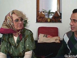 अकेला बूढ़ी दादी युवा लड़के को खुश करता है