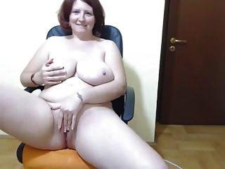 विशाल स्तन तंग और हस्तमैथुन के साथ सुडौल शौकिया महिला