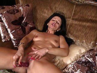 परिपक्व मीठी माँ ने अपनी पुरानी योनि को खिलाने के लिए