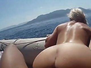 नहीं माँ और बेटा एक नाव मिल