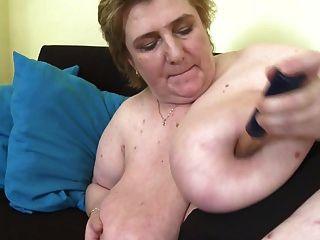 बहुत बड़े स्तन और बालों बिल्ली के साथ परिपक्व माँ