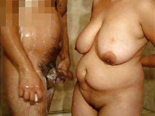 बड़े स्तन के साथ परिपक्व महिला और शॉवर में मुझे