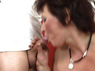 माँ चूसना और दो युवा लड़कों बकवास