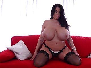 busty देवी उसे प्राकृतिक बड़े स्तन दिखाता है