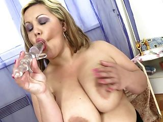 विशाल रसदार स्तन के साथ पॉश गलफुला माँ