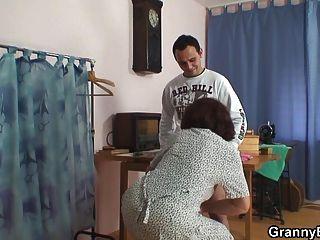 पुरानी कुतिया दो युवा दोस्तों द्वारा टक्कर लगी है