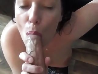 प्यारी लड़की एक सुनहरा पेशाब चेज़र के साथ एक सह शॉट लेता है