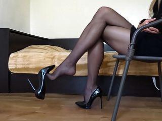 काली मोज़ा पहनते हुए मेरे काले रंग का कटार उच्च ऊँची एड़ी के जूते dangling