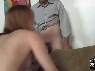 पति अपनी बीबीसी द्वारा गड़बड़ पत्नी देख रहे हैं