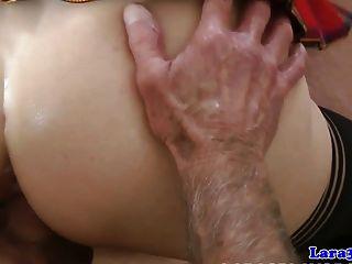 वर्दीधारी गर्मियों में तीनों में बूढ़े आदमी ने थप्पड़ मारा