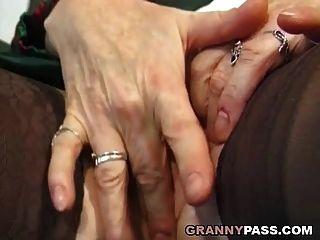 दादी उंगलियों उसे गधा