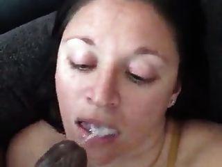 सफेद लड़की उसके मुँह में एक काले डिक के साथ इतना मैला है