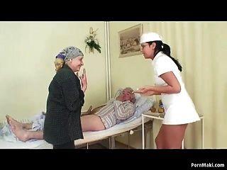 नानी देखता दादा अस्पताल में नर्स भेजता है