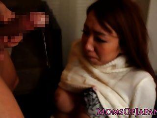 जापानी माँ मुश्किल मुर्गा द्वारा facefucked