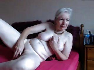कैम पर गरम दादी