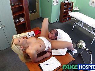 fakehospital चिकित्सक गोरा एक गीला बिल्ली मिल में मदद करता है