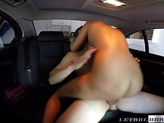 सेक्सी गोरा चालक द्वारा सह में कवर किया जाता है