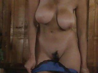 fisting और एक बड़े स्तन बालों बिल्ली के हस्तमैथुन