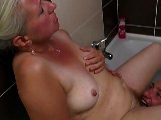 बूढ़ी माँ बाथरूम में युवा मुर्गा ले जाता है