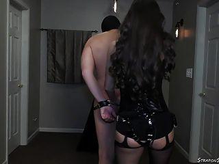 मालकिन लीडिया बेल्ट और पट्टा पर पट्टा के साथ spanks
