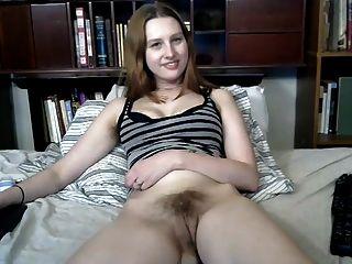 पसंदीदा बालों वाली लड़की उसे फिर से बाहर dildo हो जाता है