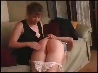 बेटी उसे नंगे बट spanked हो जाता है