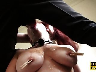 busty लाल सिर उप clamped और facefucked