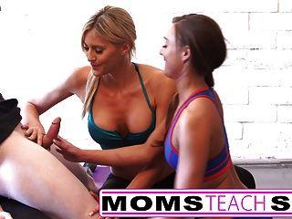 stepmom सौतेली कन्या उसकी पहली बार त्रिगुट सिखाता है